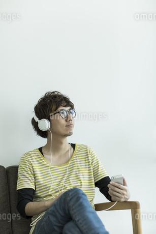 音楽を聴く男性の写真素材 [FYI01624197]