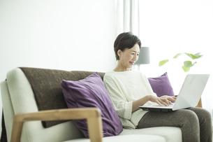ノートパソコンをするシニア女性の写真素材 [FYI01624218]