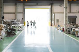 工場に立つ男女の作業員の写真素材 [FYI01624227]
