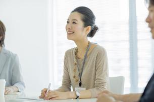 会議中のビジネスウーマンの写真素材 [FYI01624233]