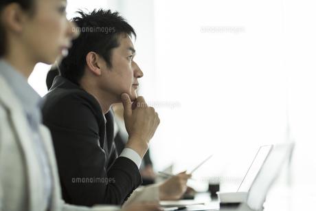 会議中のビジネスマンの写真素材 [FYI01624250]