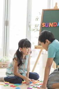 アルファベットで遊ぶ兄と妹の写真素材 [FYI01624255]