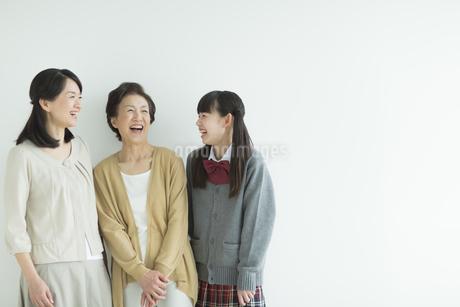 笑顔の三世代家族の写真素材 [FYI01624260]