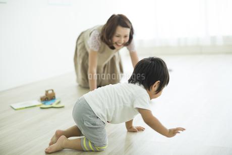 子供と遊ぶ母親の写真素材 [FYI01624261]