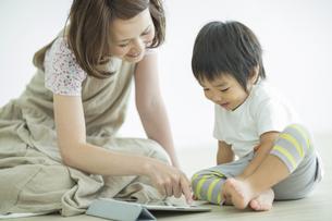 タブレットPCで遊ぶ親子の写真素材 [FYI01624267]