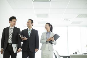 並んで歩くビジネスマンとビジネスウーマンの写真素材 [FYI01624270]