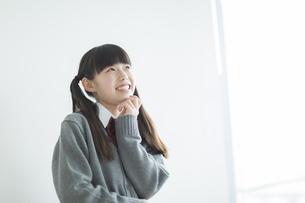 考える女子中学生の写真素材 [FYI01624273]