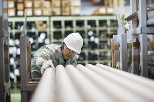 倉庫で働く作業服の男性の写真素材 [FYI01624281]