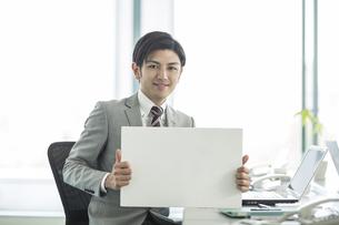 ホワイトボードを持ったビジネスマンの写真素材 [FYI01624286]