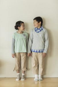 兄と妹のポートレートの写真素材 [FYI01624293]