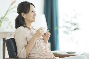 コーヒーカップを持つ女性の写真素材 [FYI01624294]