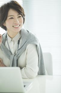 笑顔のビジネスウーマンの写真素材 [FYI01624296]