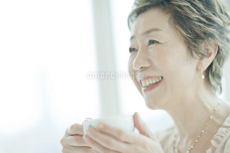 ティーカップを手に持つ中高年女性の写真素材 [FYI01624320]