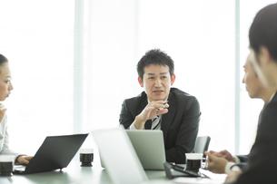 打ち合わせをするビジネスマンとビジネスウーマンの写真素材 [FYI01624321]