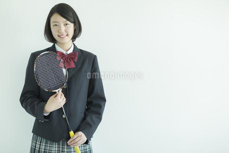 ラケットを持って笑顔の女子校生の写真素材 [FYI01624330]