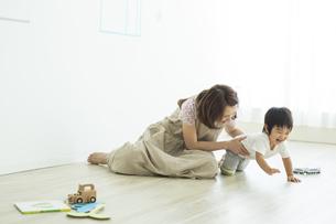 子供と遊ぶ母親の写真素材 [FYI01624336]