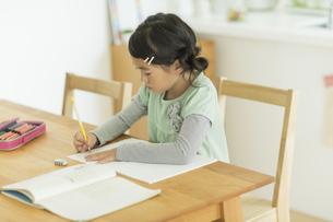 テーブルで勉強をする女の子の写真素材 [FYI01624342]