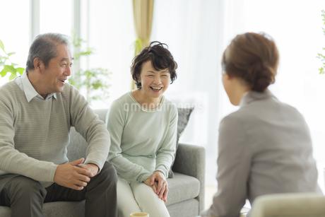商談をするシニア夫婦とビジネスウーマンの写真素材 [FYI01624348]