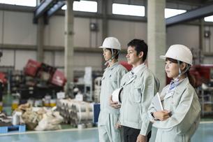 工場で立つ男女の作業員の写真素材 [FYI01624353]