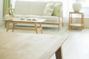 テーブルとリビングルームの写真素材 [FYI01624354]