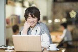 カフェで仕事をするビジネスウーマンの写真素材 [FYI01624355]