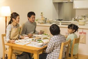 夕食を食べる家族の写真素材 [FYI01624359]
