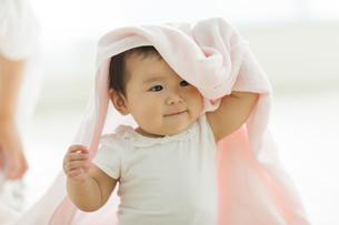 タオルを被る赤ちゃんの写真素材 [FYI01624366]