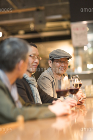 バーでワインを飲むシニア男性の写真素材 [FYI01624369]