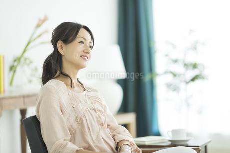 笑顔の40代女性の写真素材 [FYI01624373]