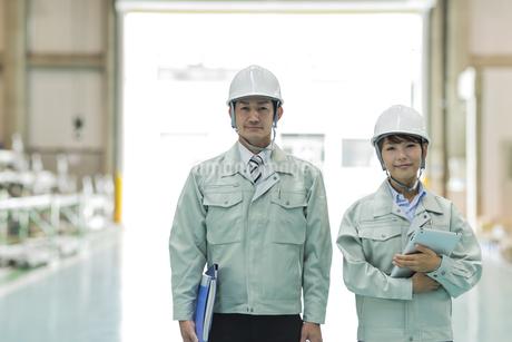 工場で働く男女の作業員の写真素材 [FYI01624385]