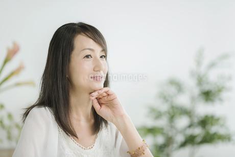 笑顔の40代女性の写真素材 [FYI01624386]