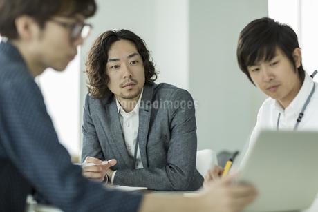 打ち合わせをするビジネスマンの写真素材 [FYI01624393]