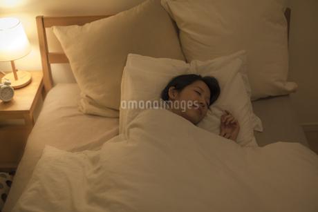 ベットで眠る女性の写真素材 [FYI01624395]