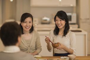 食事をする三人家族の写真素材 [FYI01624410]