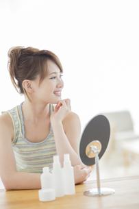 笑顔の女性のスキンケアイメージの写真素材 [FYI01624416]