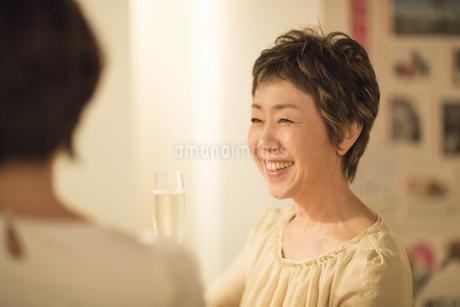 ワインを持つシニア女性の写真素材 [FYI01624425]