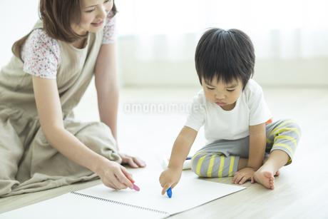 お絵描きをする親子の写真素材 [FYI01624427]