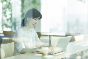 カフェでパソコンをするシニア女性の写真素材 [FYI01624435]
