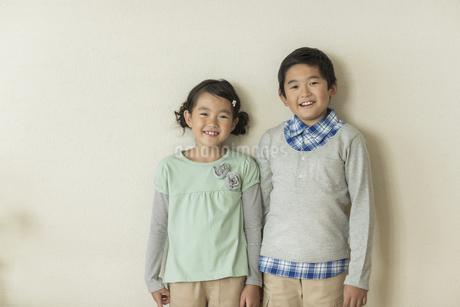 兄と妹のポートレートの写真素材 [FYI01624436]