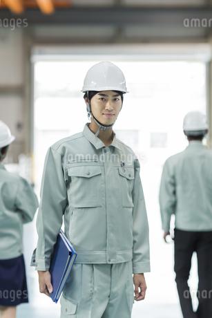 笑顔の男性作業員の写真素材 [FYI01624438]