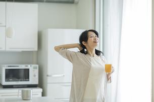 カップを持って伸びをする女性の写真素材 [FYI01624440]
