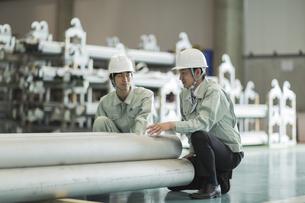 工場で働く2人の作業員男性の写真素材 [FYI01624442]