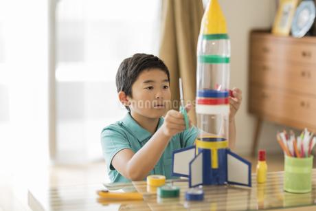 ペットボトルでロケットを作る男の子の写真素材 [FYI01624443]