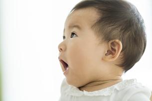 驚いた表情の赤ちゃんの写真素材 [FYI01624445]