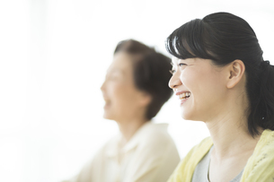 笑顔の母親と娘の写真素材 [FYI01624453]