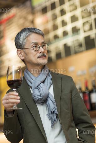 バーでワインを飲むシニア男性の写真素材 [FYI01624454]