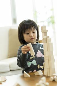 積み木で遊ぶ女の子の写真素材 [FYI01624461]