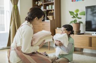 タオルを抱いて笑顔の親子の写真素材 [FYI01624466]