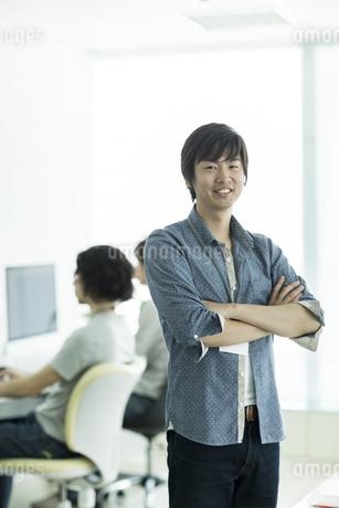 笑顔のビジネスマンの写真素材 [FYI01624467]