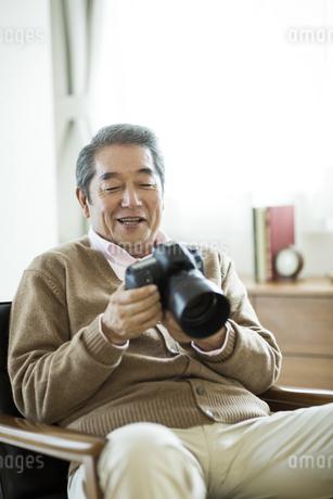 カメラを持つシニア男性の写真素材 [FYI01624470]
